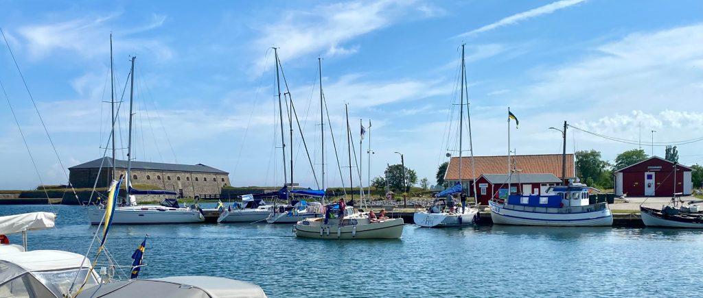 Lökanabbens hamn med Drottningskärs kastell i bakgrunden